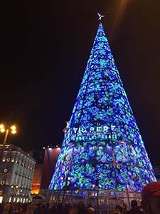 年越しに人が集まるPuerta de Sol のクリスマスツリー