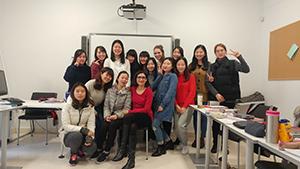 オーラルの授業のクラス写真