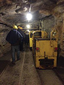 トロッコに乗って鉱山の中へ