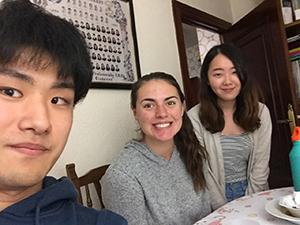 ホームステイ先で一緒に生活するアメリカ人と日本人のルームメイト