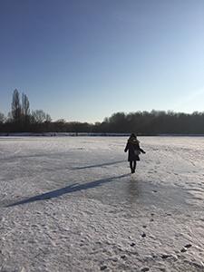 凍った湖の上を歩く