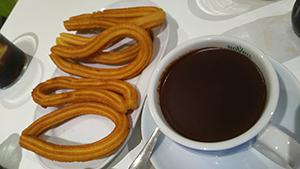 旧市街のカフェテリアで食べたchocolate con churros