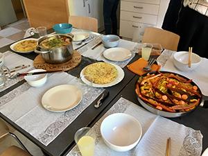授業後に中国人とフィリピン人のクラスメイトと料理