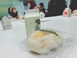 日本語学科の韓国の学生との交流会で配られた牛乳とパン