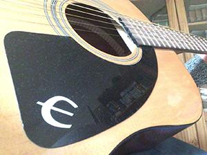 時々、ホストファザーにギターを教わっています
