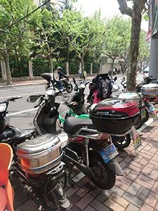 電動バイクの利用者多数。静かで良いですが、後ろから近づいてくるのに気づかないという危険も