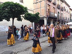 土日の夕方は何かイベントが行われているアルカラの通り。これは踊りのパレード