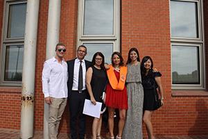 ホストファミリーの姉の卒業式に家族と参加