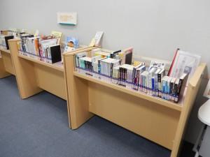 たくさんの本が並んでいます