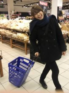 スペインのスーパーにてカゴがキャリー式! (写真提供:木元さん)