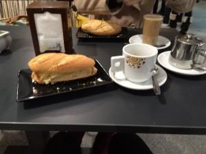 朝ごはん ボカリジョ・デ・トルティーヤとカフェ・コン・レチェ