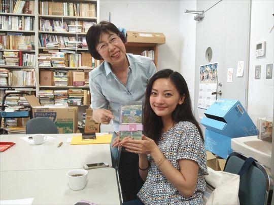 大谷津先生と。大倉さんが手に持っているのは先生へのお土産です。