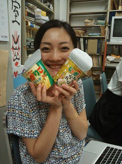 久々の日本のお菓子に大感激。お菓子や料理はやっぱり日本が一番だそう。
