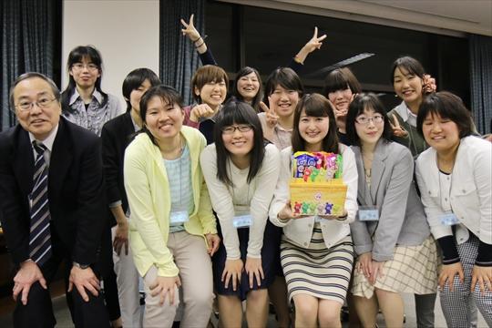 クイズ大会の入賞チームの記念撮影。うしろではしゃいでるのは上級生です笑