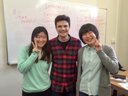 左が出雲さん。スペインでの語学研修で、先生と他大学の学生と一緒に。見ているこっちまで幸せになる最高の笑顔ですね!