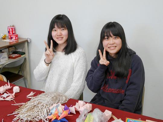 渡邊さんは向かって左。2016年秋桜祭学科企画「歴文さんだぞ~ようこそ歴トピアへ~」での写真。