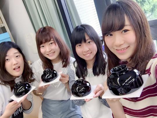 柳川さんは右から2番目。文化財保存修復額基礎で漆素材を用いた実習をおこなったときの写真。