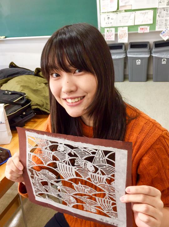 クラス会での瀧谷さん。「染織工芸」の授業で作成した型紙だそうです。細かい仕事だ!