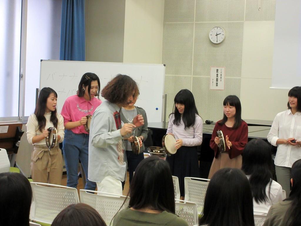 打楽器を使って、一緒に演奏。さすがに初教の学生、のりも覚えもいいようでした