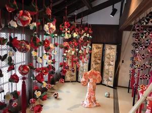 市民から提供された古着物を活用して制作した日本の伝統的なつるし飾り