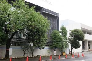 人見記念講堂の左隣りに新校舎建築中